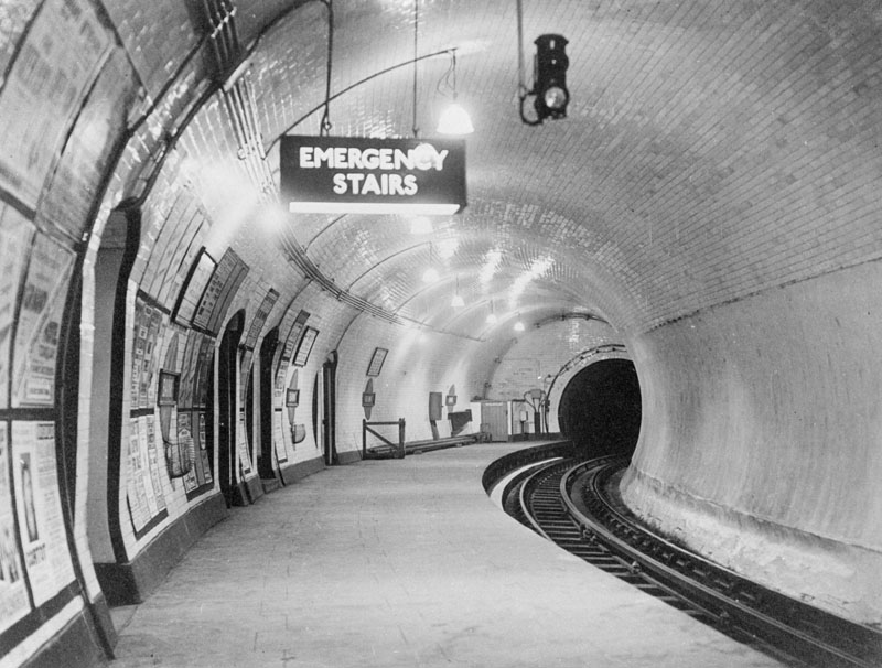 A london underground platform at Bank. The Northern line. 1930s     Date: early 1930s