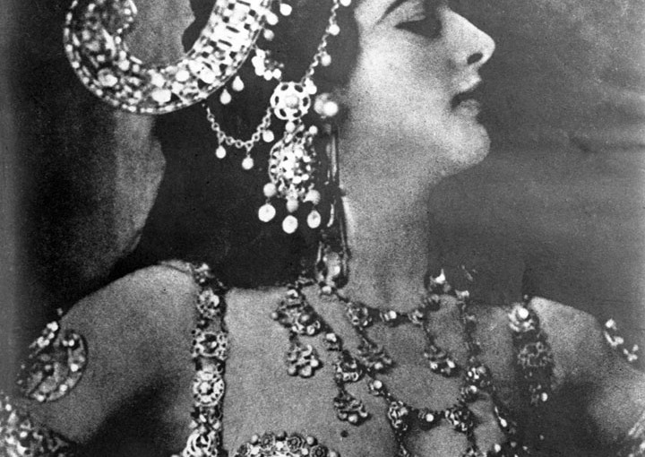 MATA HARI (= Eye of Dawn)  (Margarete Gertrude Zelle) wearing her bejewelled headdress  and costume for the sacred  Brahmic Dagger Dance.      Date: 1876 - 1917