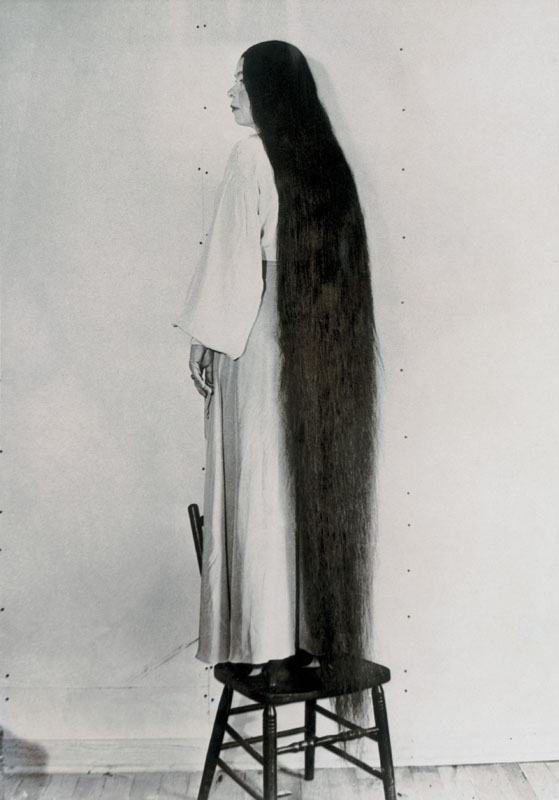The Museum of Wonders at the World exhibition in Chicago: an American woman with scalp hair of two metres.   1933