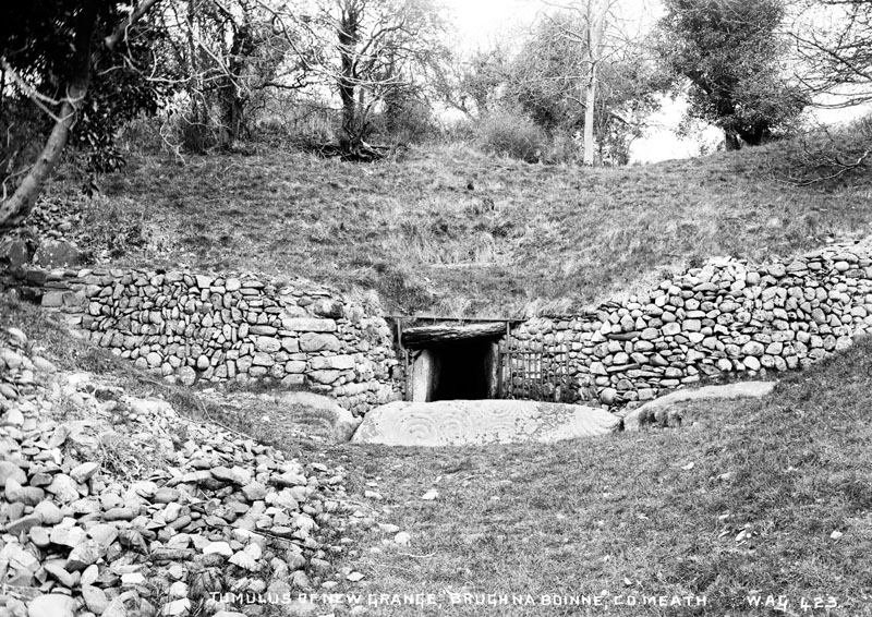 Tumulus of New Grange, Brugh Na Boinne, Co Meath - an exterior view of a Tumulus. (Location: Republic of Ireland: County Meath: Newgrange).     Date: circa early 1900s